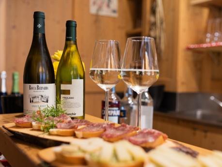Spuntino e bicchiere di buon vino al bar dell'albergo Dolomiti di Claut
