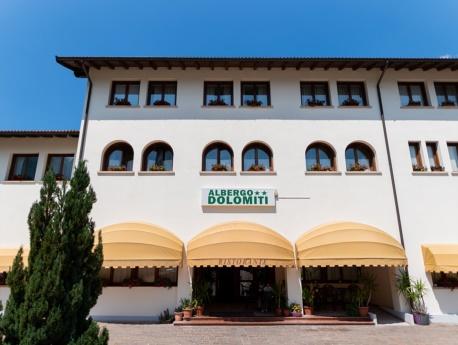 Facciata d'ingresso all'alberdo Dolomiti di Claut