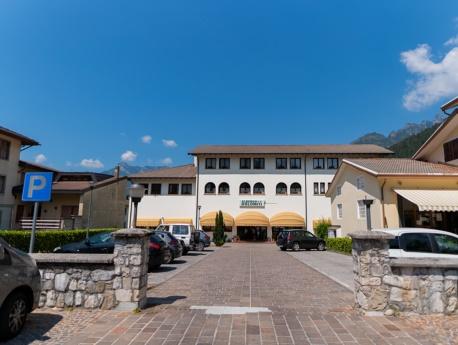 Parcheggio e ingresso dell'albergo Dolomiti a Claut